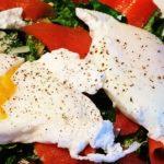 Ensalada de Atún con Huevos Escalfados
